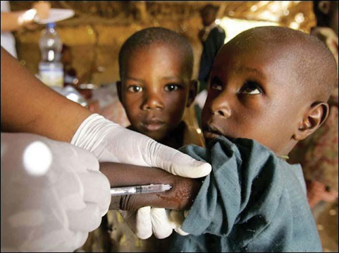 La science en marche: un enfant africain en train d'être sauvé grâce à la vaccination de masse